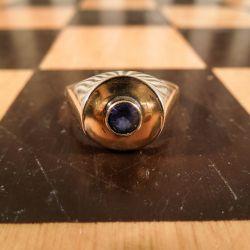 Super lækker 14 karat guld ring med blå spinel!