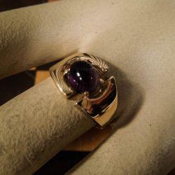 Smuk vintage designer ring med cabochon-slebet ametyst i 14 karat guld!