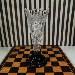 Smukkeste antikke krystal vase monteret på sort bemalet træfod!