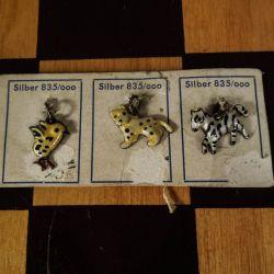 Fineste små, gamle emalje charms eller vedhæng i sølv - på originalt pap!