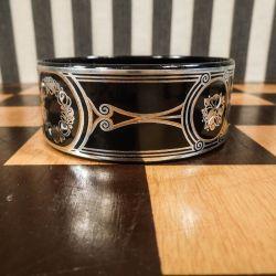 Håndlavet, vintage armring af Michaela Frey i natsort emalje med indlagte bånd af sølv og kobber!