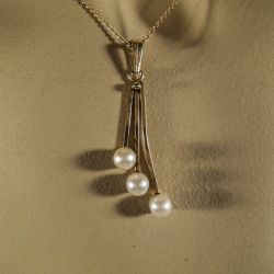 Smukkeste vintage vedhæng i 14 karat guld med ægte perler fra Siersbøl! Halskæden er i 8 karat.