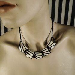 Elegant vintage halskæde i mat sort/hvid ben og små natsorte perler!