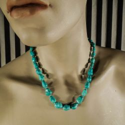 Kort fantastisk halskæde af store, ægte turkis-sten i forløb, fra Poul Erik Fenster.