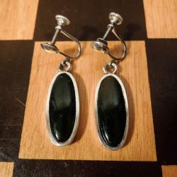 Vintage ørehængere (som øreskruer) i sterling sølv med mørkegrøn onyx.