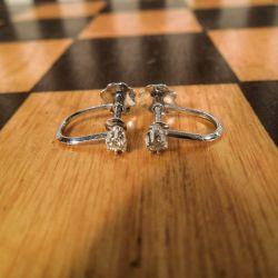Hvidgulds-øreskruer med brillant-slebne diamanter!