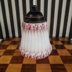 Antik loftslampe i hvidt glas med de fineste lyserøde roser