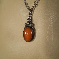 Antik sølv halskæde med vedhæng af sølv og rav.