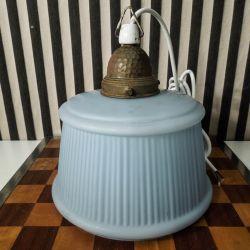 Vintage lampe med lyseblå glasskærm, metal lampehoved  samt porcelæns fatning
