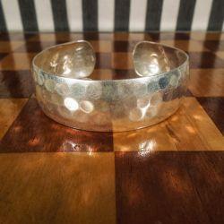 Vintage klemme armring i hammerslået sterling sølv.