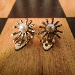 Vintage øreclips fra Bernhard Hertz i otte karat guld med ægte Akoya perler.