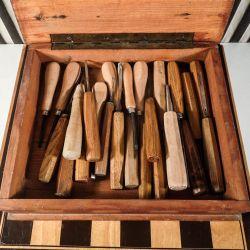 Vintage trækasse fyldt med træsnitte-værktøj!