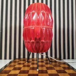 Vintage tripod bordlampe med skærm af gennemsigtigt rødt plastik