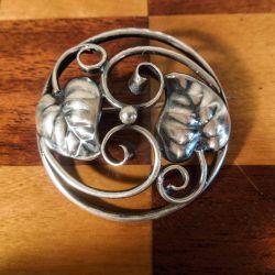 Skønvirke, rund broche i sølv med det fineste bladværk.