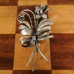 Vintage, stor sølv-broche udført som en buket med en sløjfe