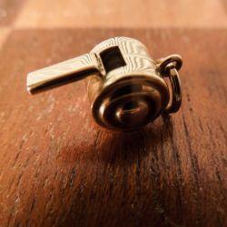 Fineste vintage charm af guld formet som en fløjte.