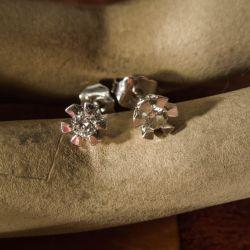 Eternity diamant-ørestikkere i 14 karat hvidguld fra Aagaard (0,10ct/0,20ct)