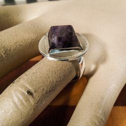 Vintage håndlavet ring i sterling sølv samt poleret rå amytyst fra Pind J. Design