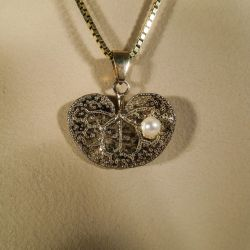 Vintage åkande-vedhæng i halskæde fra Flora Danica i forgyldt sølv med ægte perle.