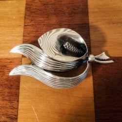 Vintage broche med fredslilje i sterling sølv fra From