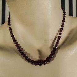 Vintage halskæde med mørkerøde, skinnende granat-perler.