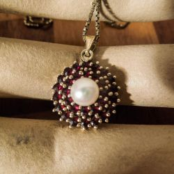 Vintage halskæde med smukkeste vedhæng af granat/Akoya perle