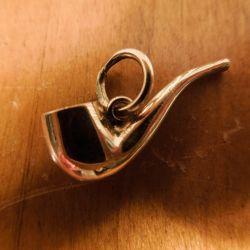 Fineste vintage charm af guld formet som en pibe.