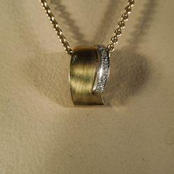 Vintage guld halskæde med vedhæng i gul-guld samt hvidguld prydet med diamanter