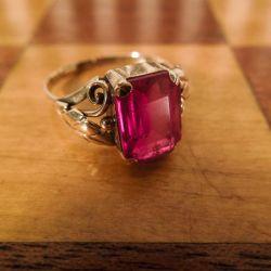 En særdeles smuk vintage guld-ring med en helt fantastisk hindbærrød sten!