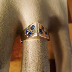 Udsøgt vintage guldring i fjorten karat med blå sten fra Aage Albing