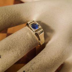 Vintage ring i 14 karat guld med mørkeblå sten fra Herman Siersbøl