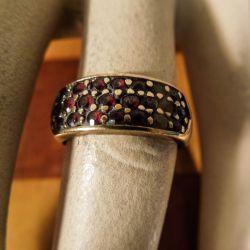 Vintage guld-ring prydet med talrige mørkerøde granater