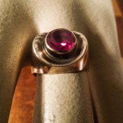 Vintage guld-ring i otte karat med  flot hindbær-rød sten!