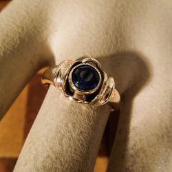 Vintage, kraftig fjorten karat guld ring med mørkeblå sten
