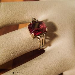 Vintage guld ring i fjorten karat med stor hindbær-sten sten!