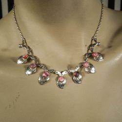 Vintage halskæde i sterling sølv med bladværk og lyserøde sten.