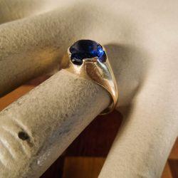 Vintage guldring med flot mørkeblå ægte spinel fra Herman Siersbøl
