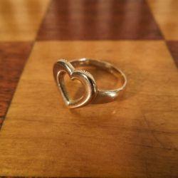 Sødeste lille børne ring med hjerte udført i otte karat guld hos Herman Siersbøl