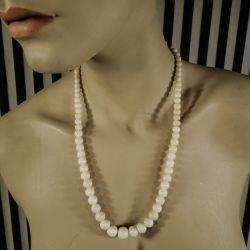 Vintage halskæde med store runde perler af hvid koral i forløb.