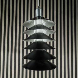 Original Jørgen Gammelgaard TipTop lampe fra Pandul i sort håndtrykket aluminium med hvid underside.