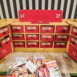 Vintage, skøn købmandsbutik med danske etiketter samt en stor samling varer!