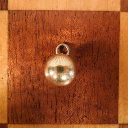 Vintage kugle vedhæng/charm af fjorten karat guld fra Siersbøl.