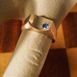 Vintage lillefinger-ring i otte karat guld med en lille mørkeblå sten