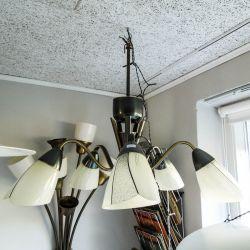 Vintage fem-armet lysekrone fra 1950´erne i patineret messing med de smukkeste glasskærme.