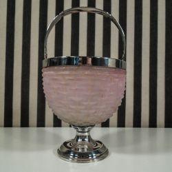 Antik kandisskål i lyserødt glas med forsølvet hank.