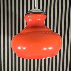 Vintage, stor glas-pendel i orange opal glas med hvid inderside. Chrom top.