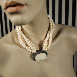 Eventyrlig radet vintage halskæde med perler af ben med den flotteste front!
