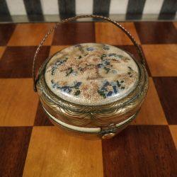 Fineste lille vintage pudderdåse i messing med hank prydet med petit point.