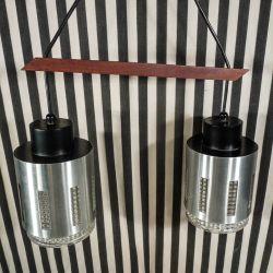 Vintage, dobbeltlampe af aluminium og glas med ophæng af teaktræ!
