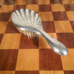 Antik hårbørste af hammerslået sølv fra Christian F. Heise.